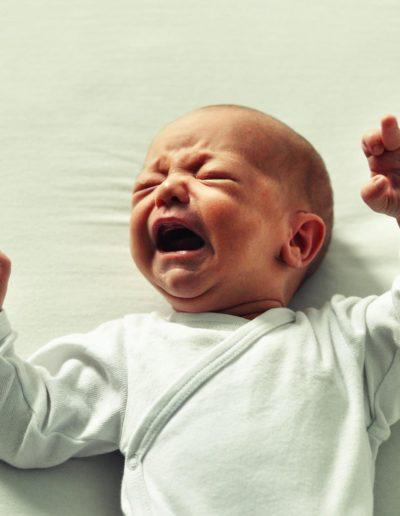 photo d'un bébé qui pleure car il a faim
