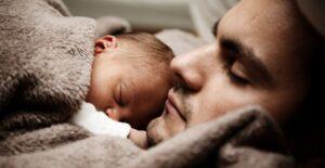 Image représentant un nouveau-né endormi sur son papa.