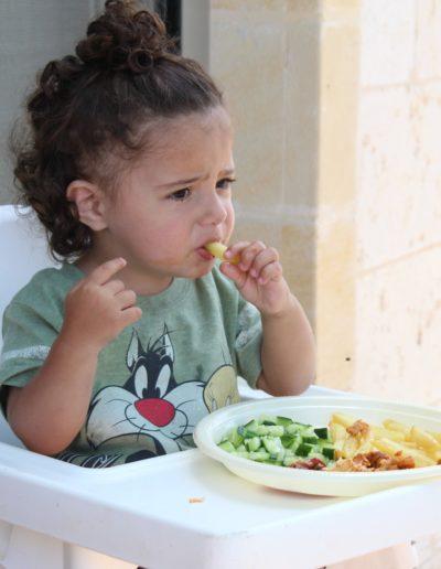 enfant qui mange en grimaçant