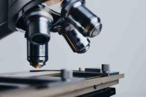 Microscope pour illustrer les études menées sur l'allaitement et la carie chez les enfants.