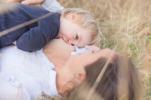 Photographie d'un bébé de 2 ans tétant au sein pour illustrer l'allaitement long.