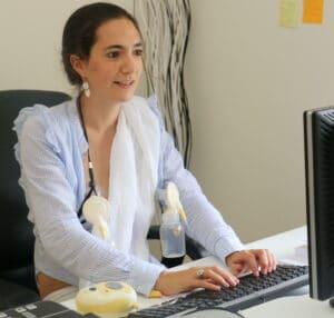 Image représentant Caroline de Ville qui tire son lait à son bureau pour illustrer le thème allaiter en travaillant.